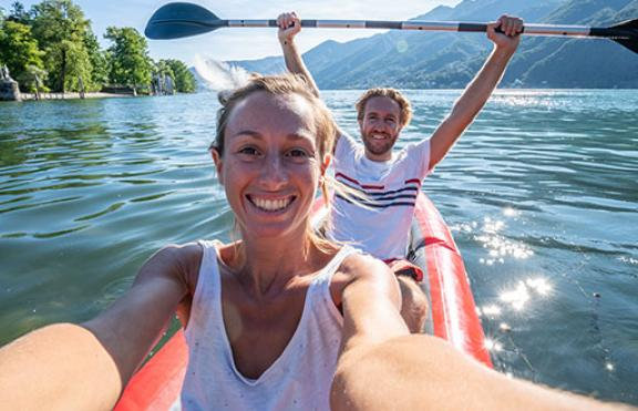 Swisscom_smiling_couple_on_boat.jpg